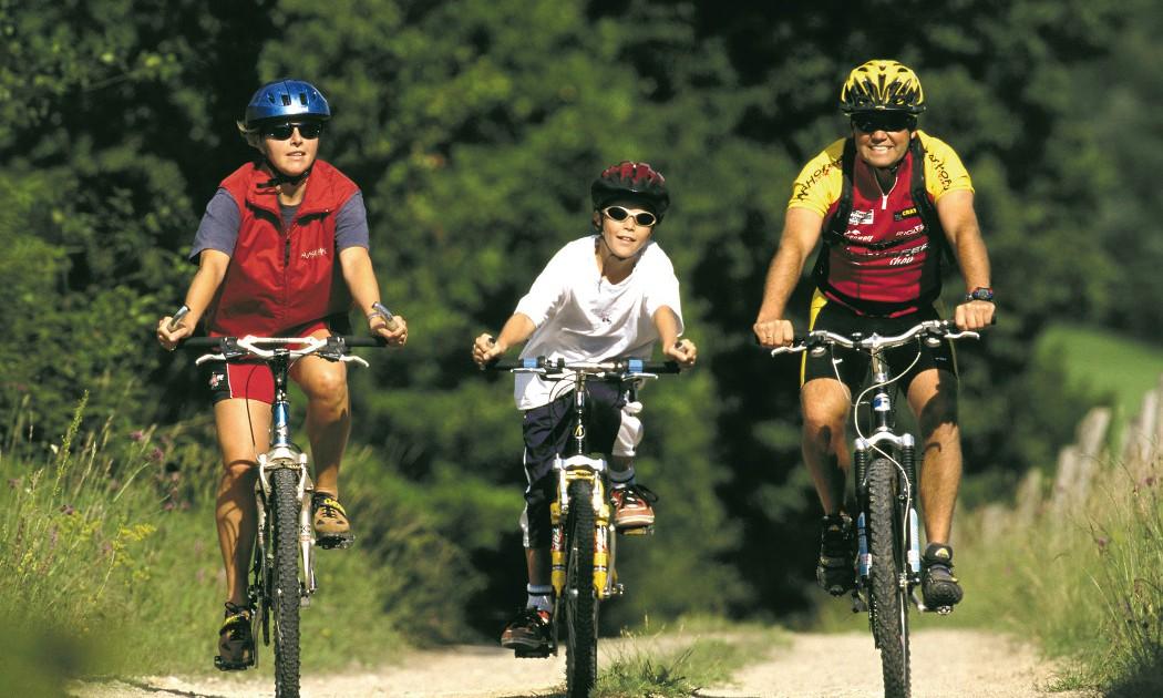 Familie mit einem Kind beim Radfahren auf Mountainbikes